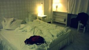 Łóżko w pokoju.